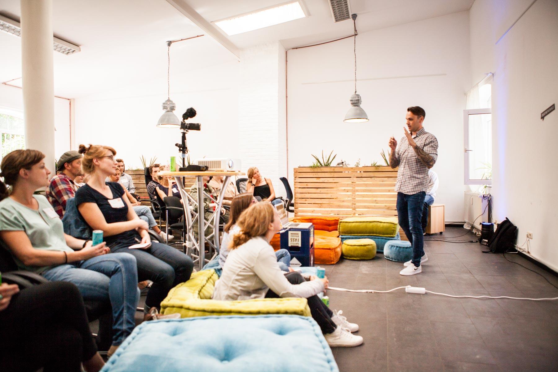 creative mornings köln vortrag frühstück enno digital zuschauer sitzend ulli Killberth vortragender geste sprechen ohne schule jörn strojny