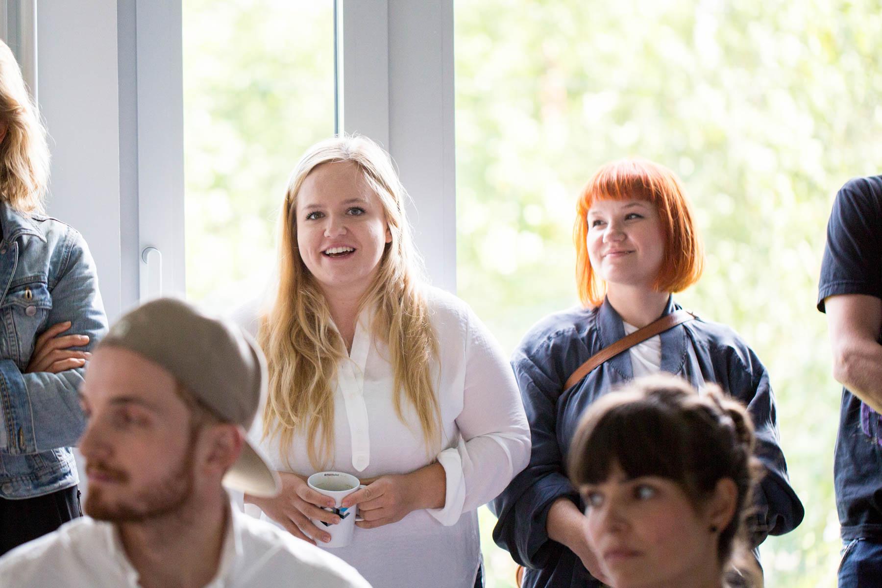 creative mornings köln vortrag frühstück grandceantrix Michaela Berghaus Veronica Garcia frage zuschauerin frau blond lachend jörn strojny