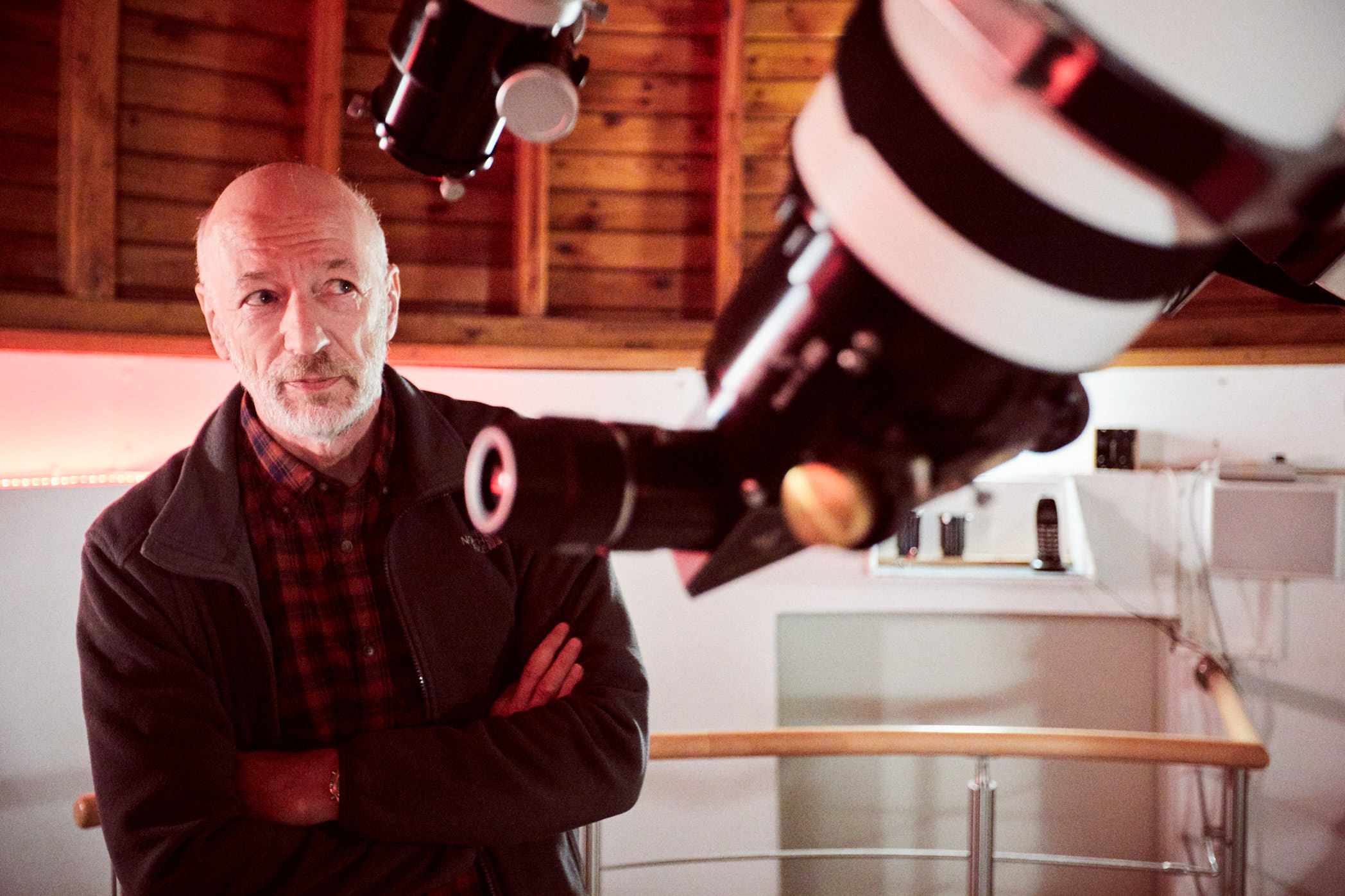 volkssternwarte köln hobby-astronom teleskop verschränkte arme joern strojny