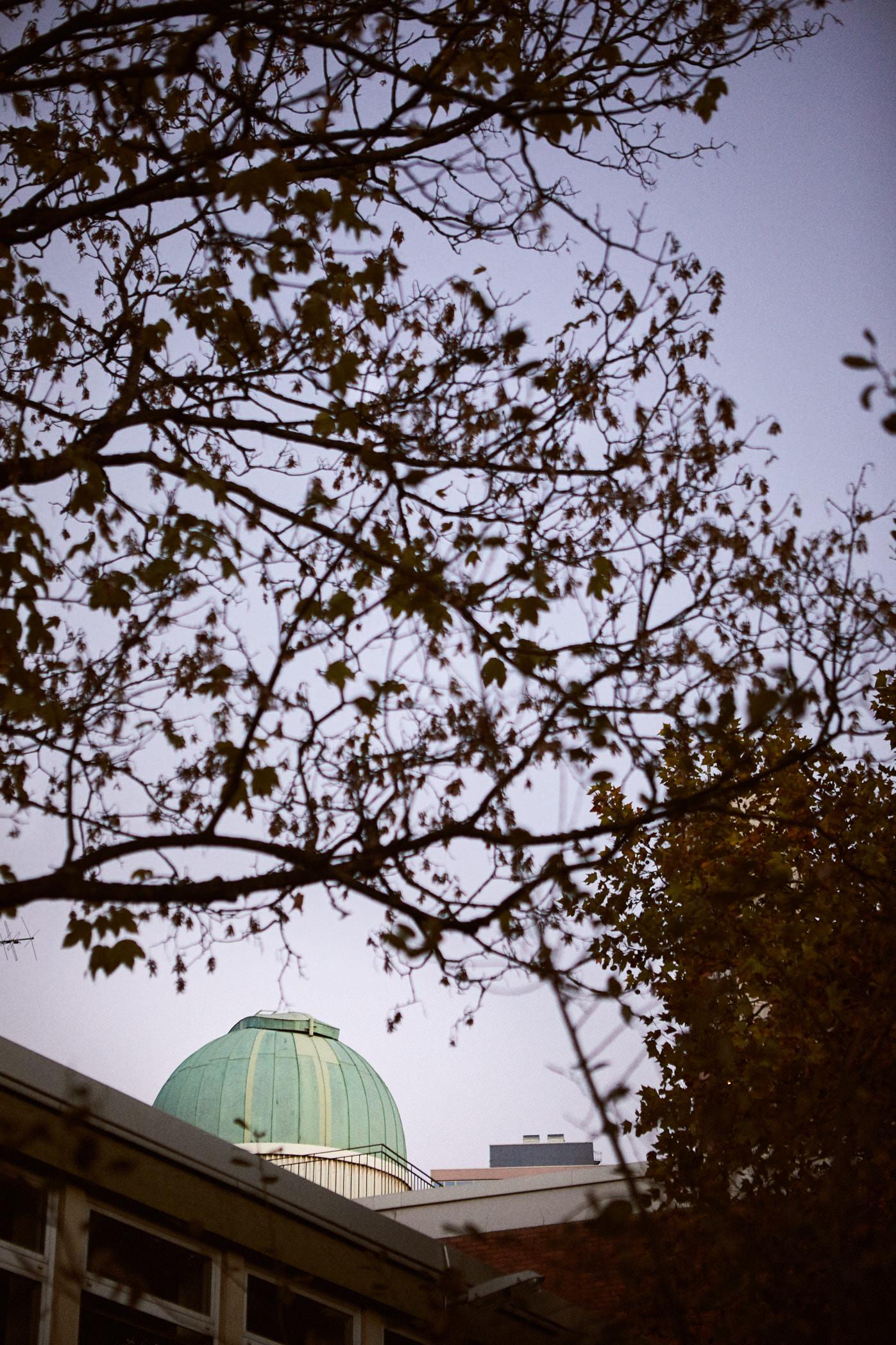 volkssternwarte köln kuppel Schiller-Gymnasium dach bäume abendstimmung