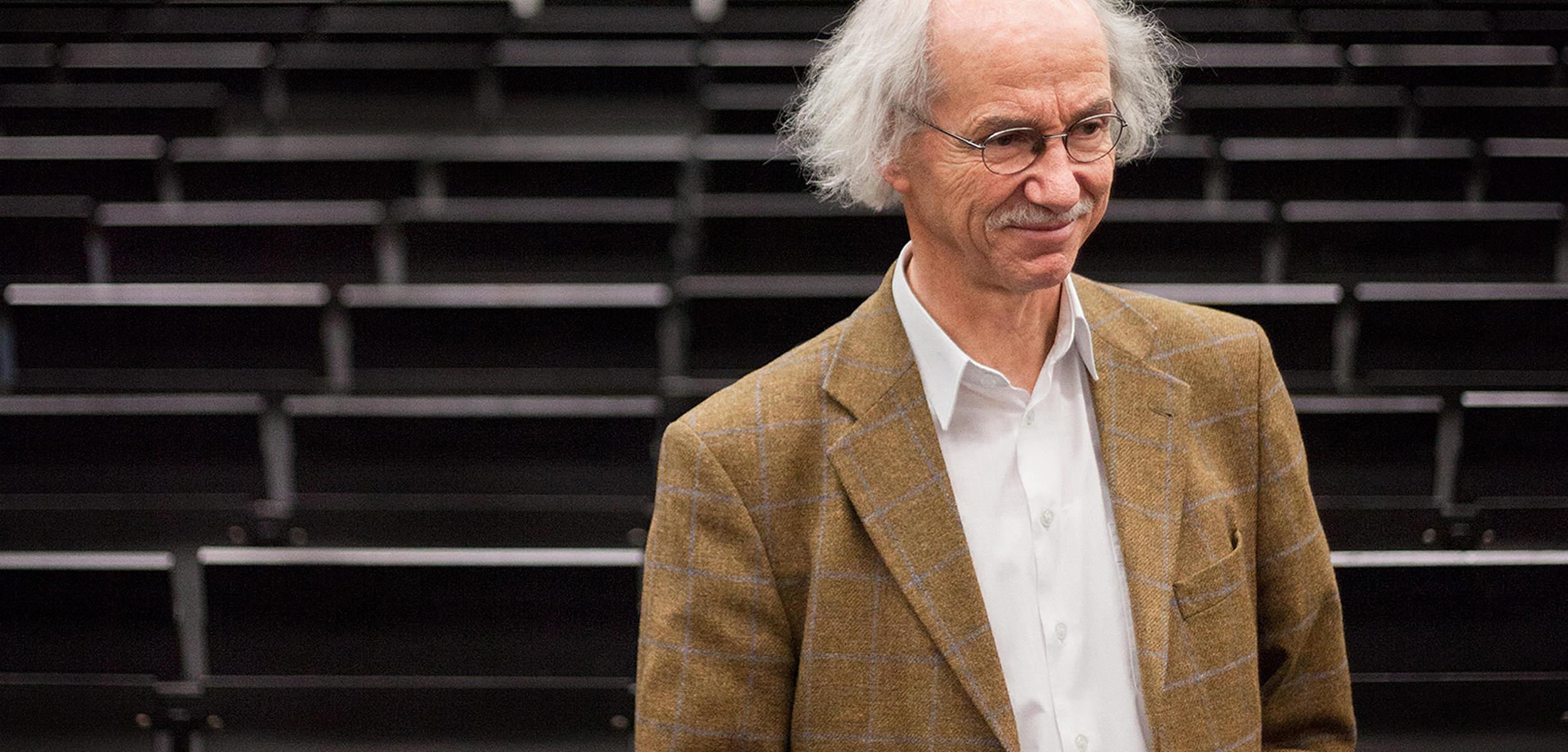 Enno Kaufhold Professor für Fotogeschichte steht im Hörsaal der FH Bielefeld Die Biefelder Schule Jörn Strojny